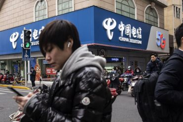 The New York Stock Exchange fell back on track again, and three China Telecom stocks will be deleted