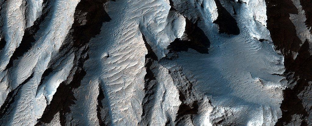 """This breathtaking close-up of Mars """"Grand Canyon"""" gives us goosebumps"""